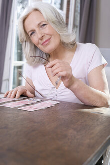 Senior woman playing Solitaire, portrait - WESTF08216