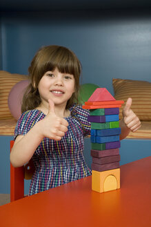 Girl (6-7) playing with building blocks, portrait - WESTF08158