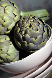 Artichokes in bowl, close-up - 00447LR-U