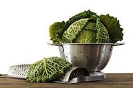 Savoy cabbage in strainer, close-up - 00423LR-U