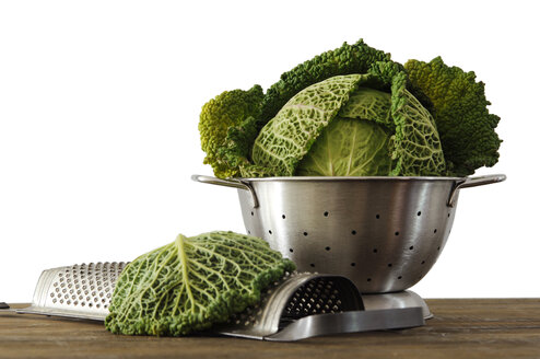 Savoy cabbage in strainer, close-up - 00423LR-U