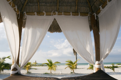 Mexico, Holbox Island, Canopy bed on beach, close-up - GNF01001