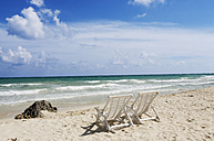Mexiko, Yucatan, Empty deckchairs by the sea - GNF00990