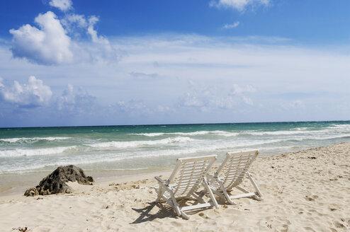 Mexiko, Yucatan, Empty deckchairs by the sea - GNF00990