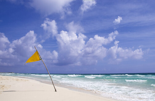 Mexiko, Cozumel, Flag on beach - GNF00982