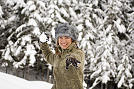 Austria, Salzburger Land, Altenmarkt, Young woman throwinh snowball - HH02579