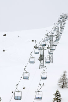 Switzerland, Graubünden, Arosa, Empty ski lift chairs, elevated view - AWD00070