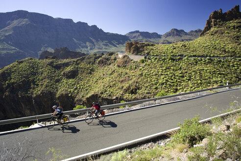 Spain, The Canary Islands, Gran Canaria, Couple mountain biking - DSF00209