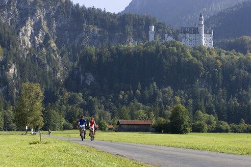 Germany, Bavaria, Neuschwanstein Castle, Couple mountain biking - DSF00115