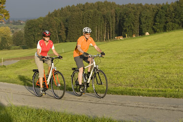 Germany, Bavaria, Oberland, Couple mountain biking - DSF00082