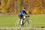 Germany, Bavaria, Oberland, Man mountain biking - DSF00070