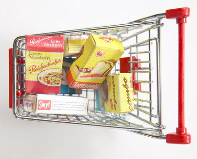 Supermarket trolley with groceries, elevated view - TH00809