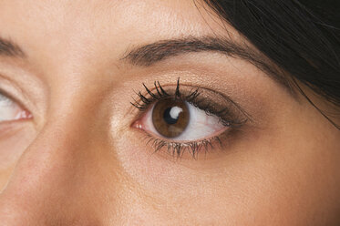 Woman with brown eyes, full frame, close-up - NHF00924