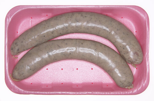 Fresh pork sausages in styrofoam box, elevated view - THF00888