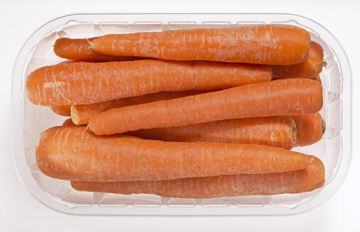 Carrots in plastic box, elevated view - THF00954