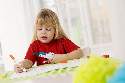 Little girl (4-5) doodling with felt pens - SMO00345