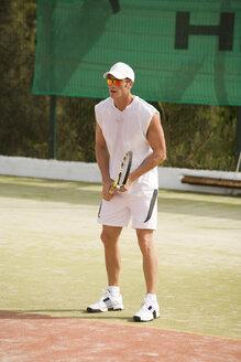 Man playing tennis - UKF00160