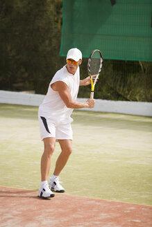 Man playing tennis - UKF00157