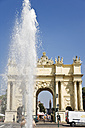 Germany, Berlin, Brandenburg Gate, fountain in foreground - 09356CS-U