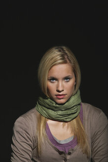 Young woman wearing scarf, portrait - OW00864