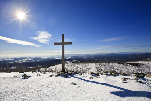 Germany, Bavarian Forest, Cross in winter landscape - FOF01189