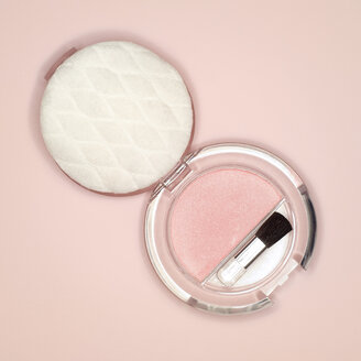 Brush and compact powder, elevated view - MUF00705