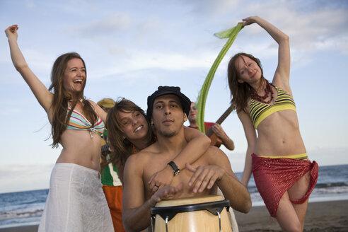 Spain, Canary Islands, Gran Canaria, Women dancing, Man with bongo drum - PK00287
