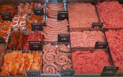 Meat in display in supermarket - THF00978