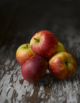 Stacked apples, close up - KSW00342