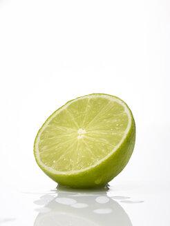 Sliced lime fruit, close-up - AKF00122