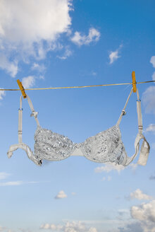 Brassiere hanging on clothesline - MUF00754