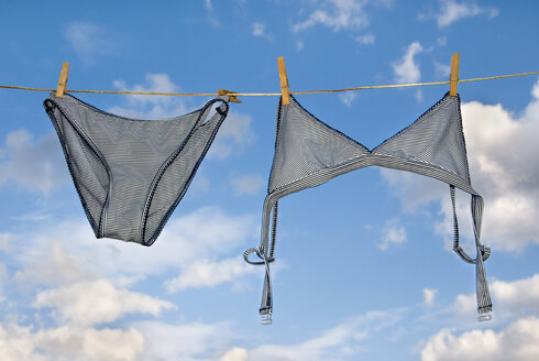 Underwear hanging on clothesline - MUF00745