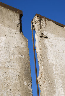 Broken wall against blue sky, close-up - PMF00780