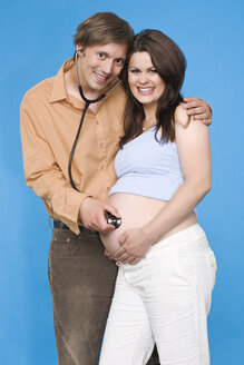 Man holding stethoscope on pregnant woman´s belly - RDF00950