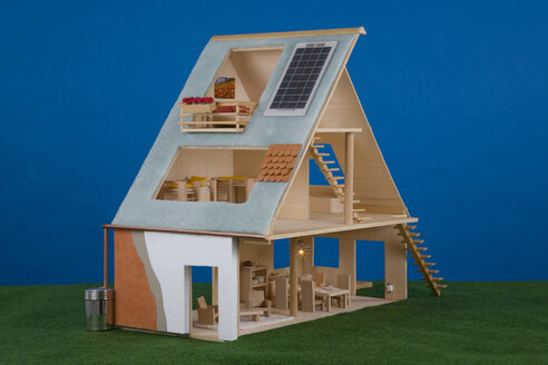 Dolls' house with solar cells on roof - WD00451