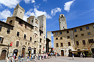 Italy, Tuscany, San Gimignano, Piazza della Cisterna - PSF00234