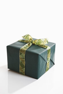 Gift wrapped with green wrapping paper - 11137CS-U
