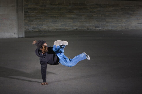 Germany, Cologne, Young man breakdancing - SK00027