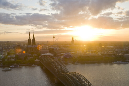 Germany, Cologne, Hohenzollern bridge and Cologne Cathedral - WDF00531