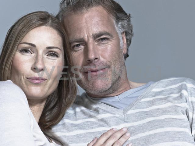 Couple looking at camera, portrait - WEST12306 - Fotoagentur WESTEND61/Westend61