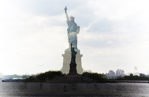 USA, New York, Manhattan, Statue of Liberty - TL00341