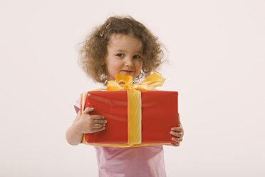 Girl (2-3) holding present, portrait - LDF00687
