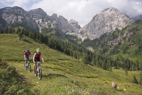 Italy, Dolomites, Couple mountainbiking - FFF01092