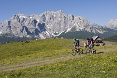 Italy, Dolomites, Couple mountainbiking - FFF01083