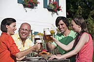 Germany, Bavaria, Friends drinking beer in the garden - WESTF13268