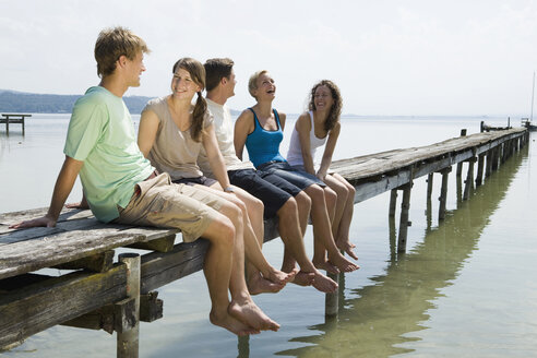 Germany, Bavaria, Ammersee, Young people relaxing on jetty - LDF00794