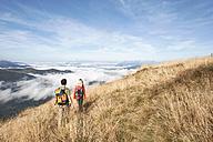 Austria, Steiermark, Reiteralm, Couple hiking, rear view - HHF03156