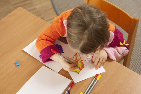 Germany, Girl (3-4) in nursery drawing a picture, elevated view - RNF00223