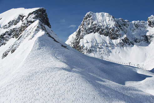 Austria, Arlberg, Mountain scenery, ski tracks on slope - MIRF00026