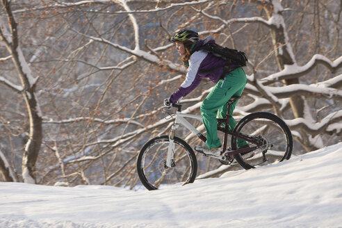 Germany, Bavaria, Kampenwand, Teenager mountainbiking - FFF01106